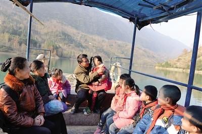 在回家的渡船上,庞家奎给孩子们讲故事、唱儿歌。