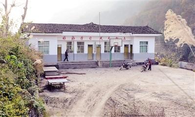 去年9月,南溪村小暂时关闭,但庞家奎还时不时回学校看看。