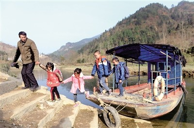 放学后,庞家奎从阿蓬江乘船,将孩子们一一送回山上的家。