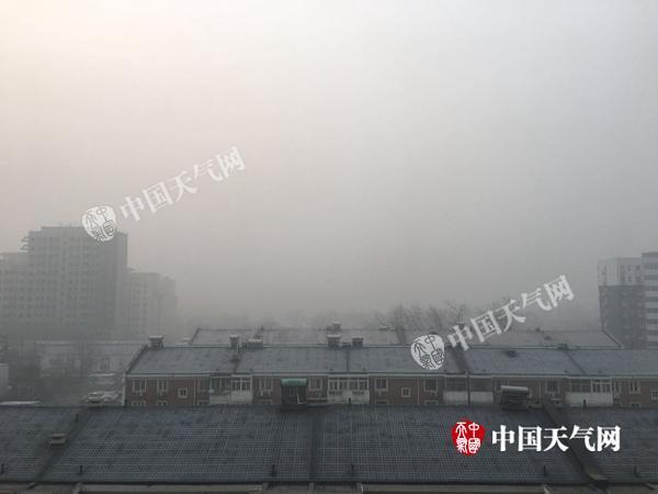 1日晨,北京雾和霾混杂,能见度差。