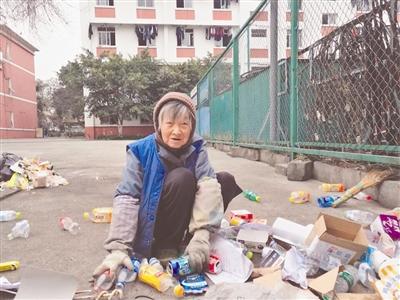 84岁的梁有庆老人正在捡废品,卖废品的钱都用来资助学生