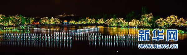 演员在G20杭州峰会期间的水上情景表演交响音乐会《最忆是杭州》上表演《采茶舞曲》。 新华社记者 张铎 摄