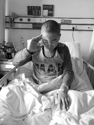 丁雁超在病床上敬礼。