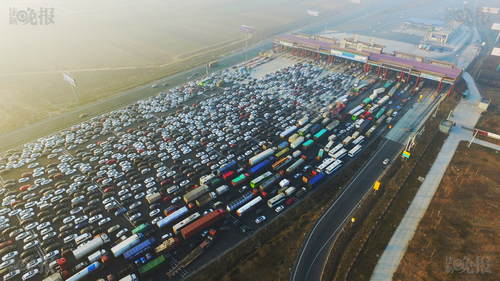法制晚报快讯(记者 付丁)2017年1月2日,新年小长假回京高峰,京港澳高速在北京市界收费站出现严重拥堵。