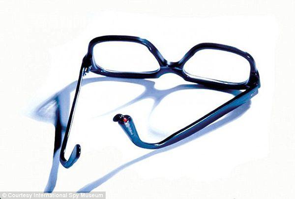 这种眼镜是美国中央情报局在1975年到1977年间使用的,眼镜腿里藏有剧毒氰化物颗粒。_article_url', 'Content':'', 'Attributes':[], 'Children':[