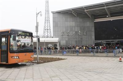1月2日,西岭雪山景区,人流量不大,景区专门提供两辆巴士作为游客休息点