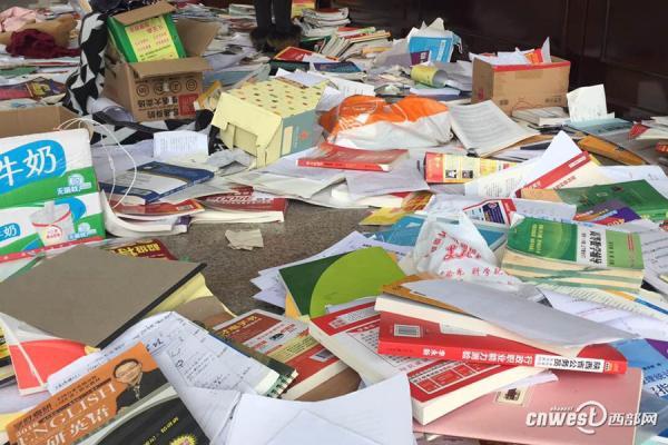 大二的小周同窗说,平常各人城市在阅读室进修温习,以是许多书都在桌子放着, 2日被一下全副清算到了一楼大厅,一切的货色都被翻乱了,他基本找不到本人的卷子。