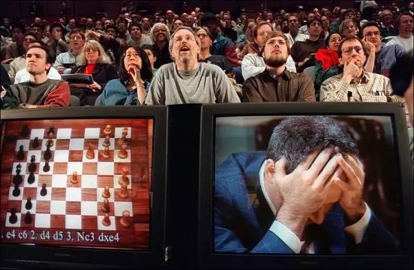 1997年纽约,与IBM深蓝电脑终局对弈开始时,一台电视监视器上的加里・卡斯帕罗夫。 Credit Stan Honda/Agence France-Presse ― Getty Images