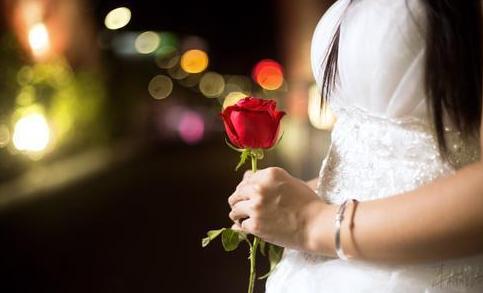 """这次喝酒住院后,新娘在婚宴现场独自完成了婚礼,并不断向亲朋好友说着""""招呼不周""""的话语。婚宴结束后,她便赶到医院,在手术室外等了一整夜。"""