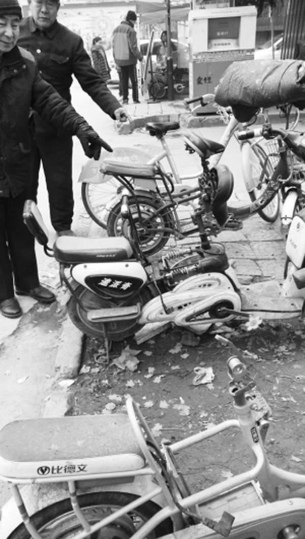 上百块电动自行车电瓶被盗走。 燕赵晚报 图