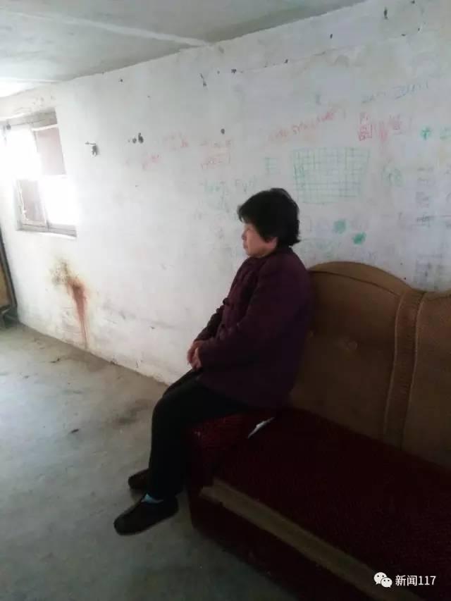 白海鹏的母亲悄然默默地坐在一边,听各人说着儿子的事