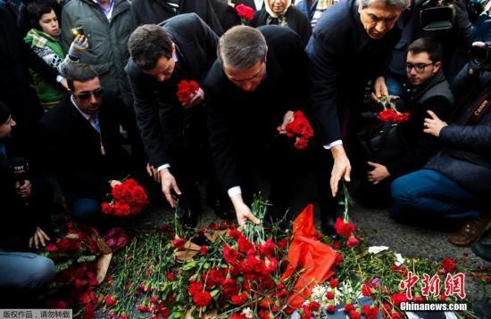 当地时间1月4日,土耳其民众在伊斯坦布尔雷纳夜店前和店里放置鲜花,悼念恐袭遇难者。