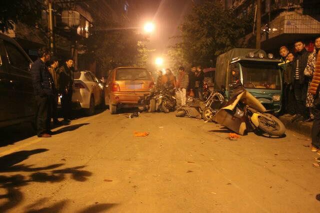 民警一边勘察现场,一边积极走访周围群众,并迅速锁定了嫌疑车辆。