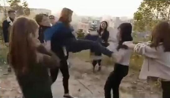 广西女孩遭十几人欺辱扒衣 被殴伤后还被逼向石碑下跪