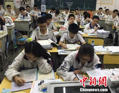 资料图:福建省泉州七中同学紧张备战高考。