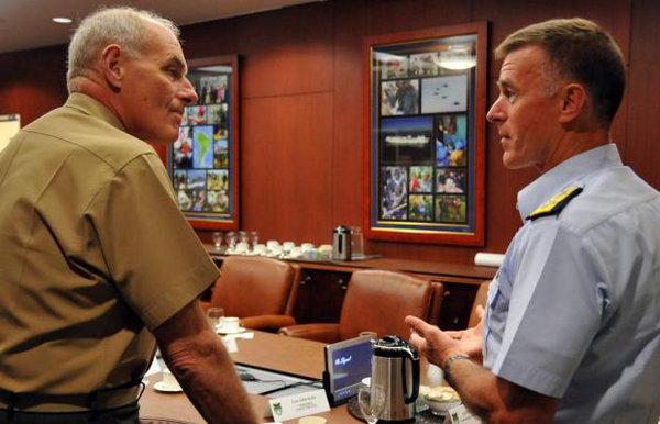 资料图:美国海岸警卫队司令保罗‧楚孔夫特(左)与时任美国南方司令部司令约翰・凯利(右),约翰・凯利被唐纳德.特朗普任命为国土安全部部长。