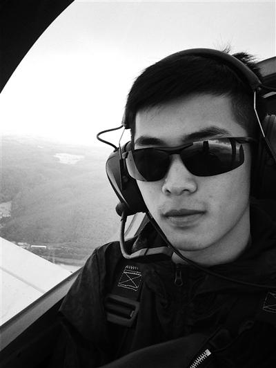 胡一捷在驾驶轻型飞机