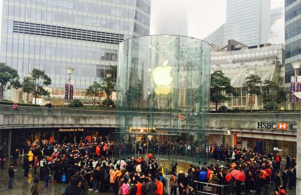 苹果促销引彻夜排队 有人因不知规则当场哭泣(图)