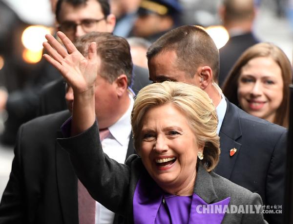 2016年11月9日,在美国纽约,希拉里抵达会场,就美国大选结果发表讲话。(图片来源:新华社)