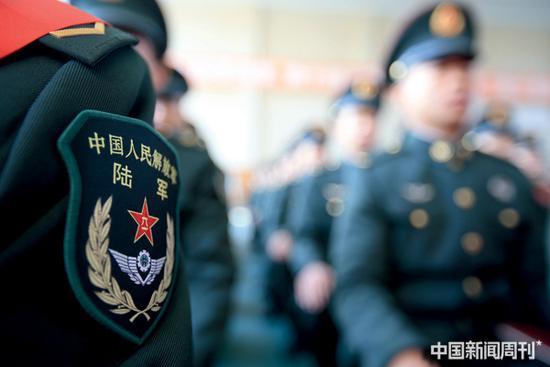 本次解放军军官制度的改革,目标是建立军官职业化制度,核心是军官专业化。图|中新