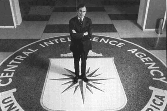 老布什在上世纪70年代担任中央情报局局长,其间美国遭遇的危机不断。图片来自WhoWhatWhy网站