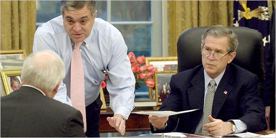 特尼特(中)与布什、切尼在一起。图片来自《纽约时报》网站