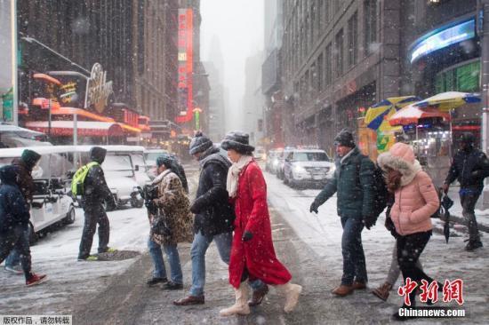 本地时刻2017年1月7日,美国多地迎来降雪。据报导,夏季风暴正在囊括美国多地。别的,大雪还形成航班耽搁和取缔,南边的首要机场,囊括亚特兰大和夏洛特市的机场均遭到影响。除了南部地域遭逢顽劣气候以外,美国东北部和西部也遭逢夏季风暴攻击,呈现雨雪气候。