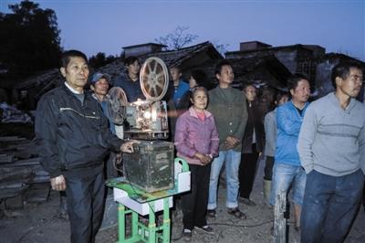 广西钦州市钦北区板城镇农民罗衍宗,自己购置电影播放设备,10年间,走村串寨为农民们义务播放电影2000多场。日前,管理部门告知其放映资格被取消,事件经媒体报道后引起强烈争议。6日,钦北区文体广电局向新京报记者表示,罗衍宗做公益的精神值得肯定,但在农村公开播放电影需要规范监管,已经登门与其沟通,在办理相关手续时,也将主动为其提供服务和便利。