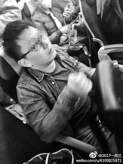 李某在飞机上