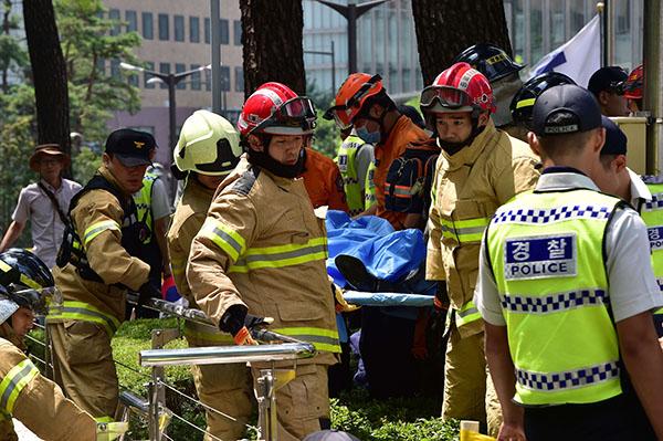 当地时间2015年8月12日,韩国首尔,一名男子在日本大使馆外自焚,目前伤情危急。 视觉澳门二十一点游戏 图