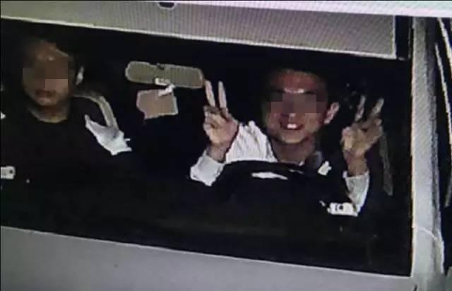 """小编听到这,也被气笑了,还有这么""""任性""""司机,看来这司机大哥要火啊!一般的司机看到""""电子警察""""都是老老实实,这位司机倒好,不但不守规矩,还做出一张鬼脸,这是在挑衅交警执法的公信力。这个司机简直就是奇葩违法中的千古第一人!不过火之前,小编要正式通知这位司机前来交警部门接受处罚。"""
