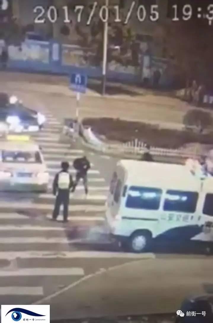 """一起,一位身穿警服的职员出如今视频中警车旁。一位与""""穿貂""""女子穿着身形极其类似的黑衣女子也出如今警车旁,他忽然飞起一脚踹中李长福左腰部,李长福立刻跌倒在地。"""