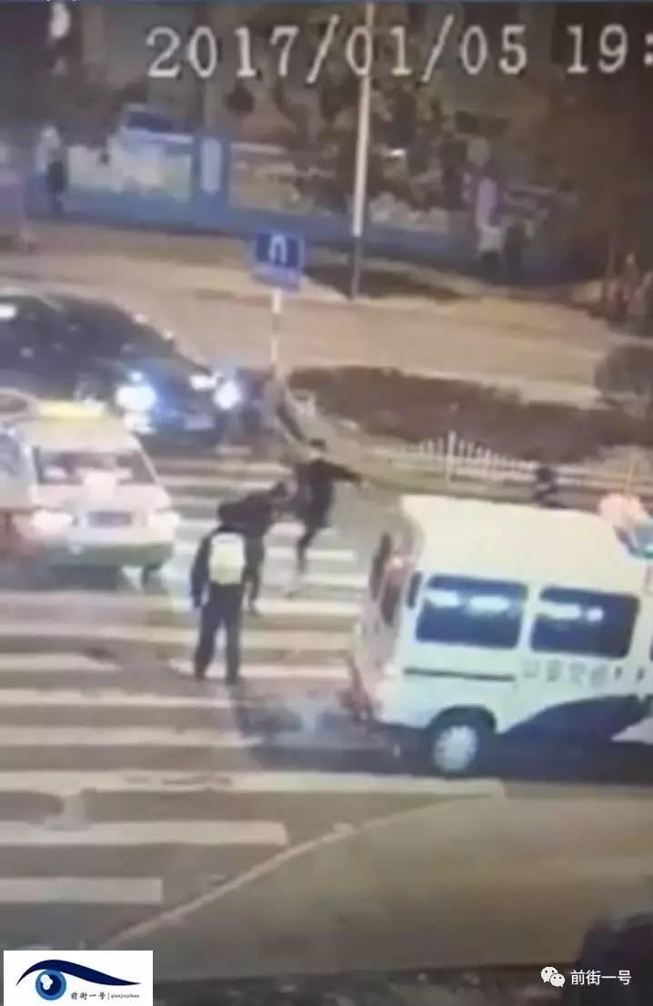 这时又冲过去两名着警服职员,此中一人右手拿着一个彩色物体指着倒在地上的李长福。
