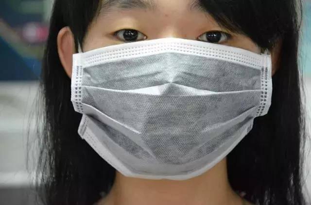 普通一次性口罩:不一定消毒或灭菌,仅适合在一般场合使用,常见于食品加工、餐饮、美容、保健行业、以及明星们脸上……而我们貌似只有出门时应付小寒小风用得上。(但逆风时,小脸同学的这类口罩在风稍大时可能被吹走)