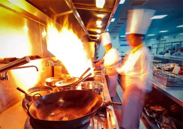 经常出没于油烟缭绕的厨房,或生活、工作在餐馆、烧烤摊排风口附近的人。