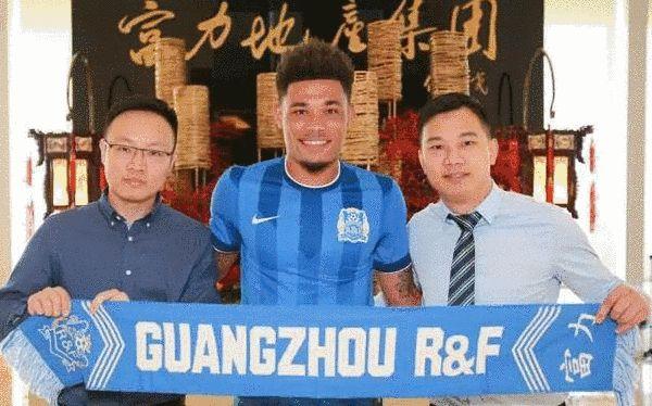 广州富力足球俱乐部副董事长黄盛华(右)、总经理章彬(左)与新援乌索合影