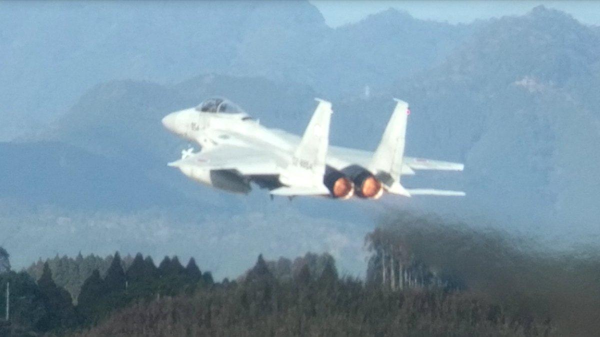 11点51分有日本网友看到小松基地2机携带实弹起飞,同时2机从格纳库中推出。
