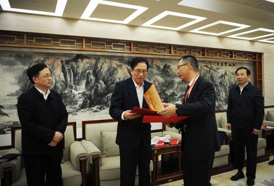 图为朱洪斌得奖后受到全国总工会领导的亲切接见