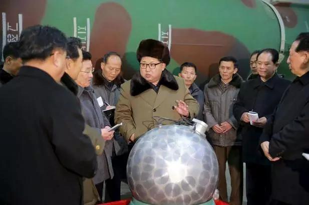 与金正恩低调过生日相比,朝鲜两位已故领导人金日成和金正日的生日就要隆重得多。1976年起,朝鲜开始庆祝金日成生日,并给居民们发放食品作为礼物。