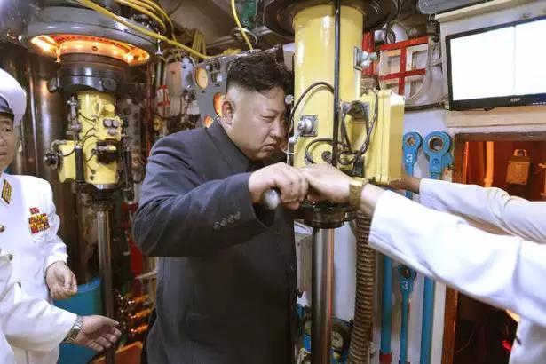 他在新年贺词中就表示,朝鲜成为了任何强敌也不敢触犯的东方的核强国、军事强国。
