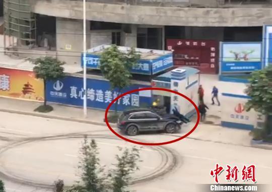 男子被小车追赶。 视频截图 摄