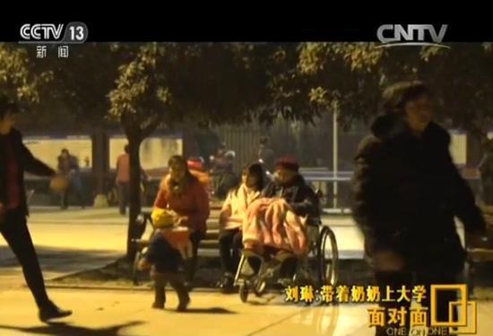 有空的时候,刘琳会带着奶奶去户外活动。身高1米5的她,已经能够轻松地把身高1米55,体重70斤的奶奶,从床上抱到轮椅上。奶奶最喜欢的事就是到小区广场上看阿婆们跳舞。