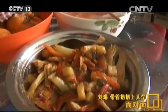 刘琳这次做的是番茄蛋花汤和土豆菜花炖肉,两道菜,花了大约半小时的时间。得知我们还没吃午饭,奶奶一度赌气自己也不吃。