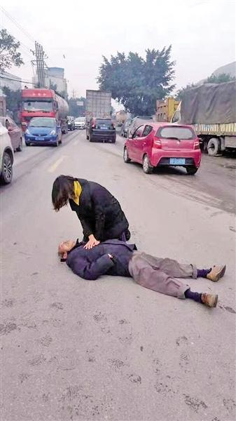 老人倒地昏迷无人敢扶 怀孕女医生跪地抢救(组图)