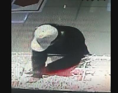 视频显现嫌犯砸抢金店货台。受访者供图