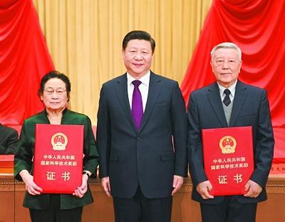 1月9日,2016年度国家科学技术奖励大会在北京人民大会堂隆重举行。中共中央总书记、国家主席、中央军委主席习近平向获得2016年度国家最高科学技术奖的中国科学院物理研究所赵忠贤院士(右)和中国中医科学院屠呦呦研究员(左)颁奖。