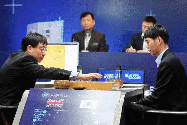谷歌-李世石人机大战时,黄士杰博士(左)代替AlphaGo落子