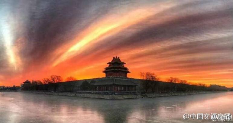 10日晨,北京呈现晚霞,天空一片绚丽。