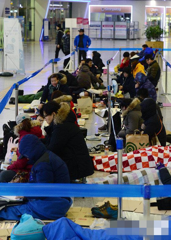 韩国上演春运抢票大战 市民排长队熬夜购票【组图】