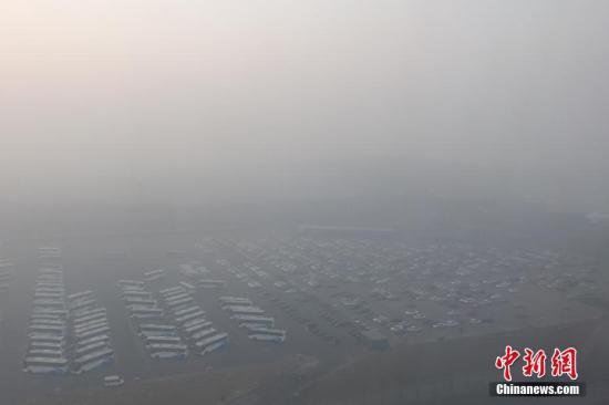 资料图 雾霾笼罩下的北京首都机场 中新社记者 崔楠 摄